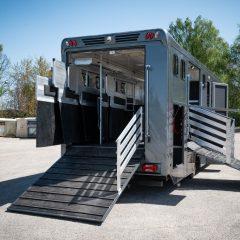 Koniowóz MAN TGL szary otwarte podesty dla koni
