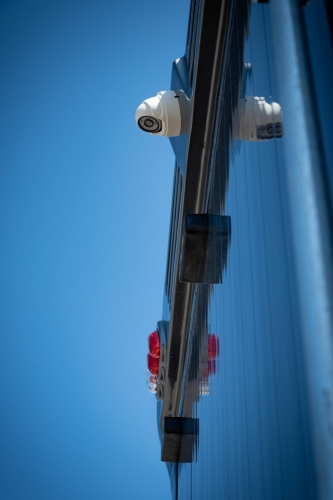 Koniowóz MAN TGL szary monitoring zewnętrzny